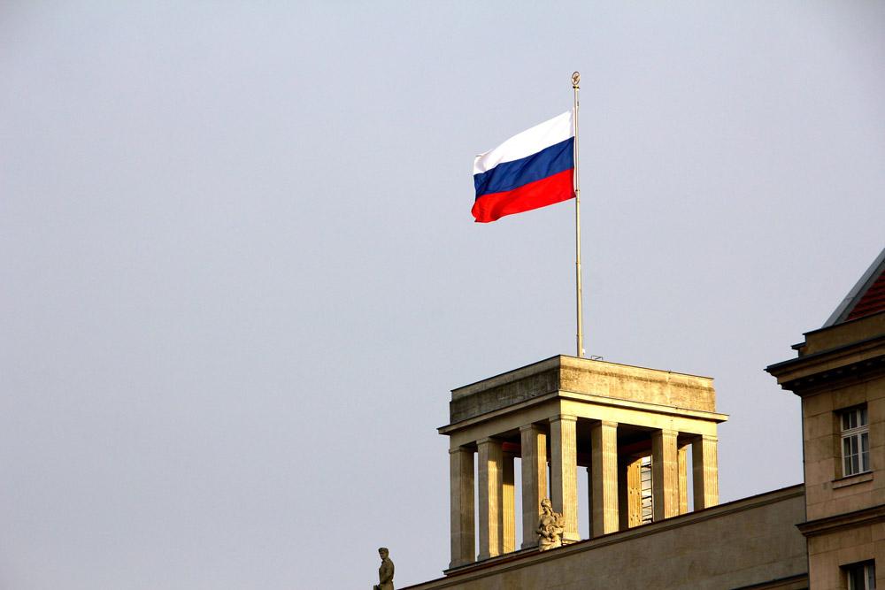 russische-Botschaft-berlin mit Fahne