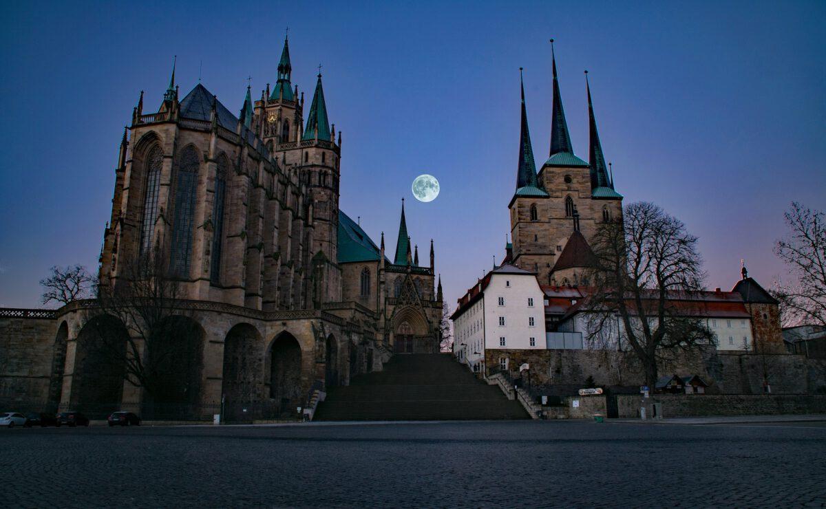 Dom Kirche Erfurt nachts mit Mond