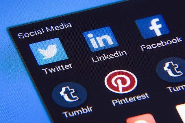 Social-media-logos auf handy