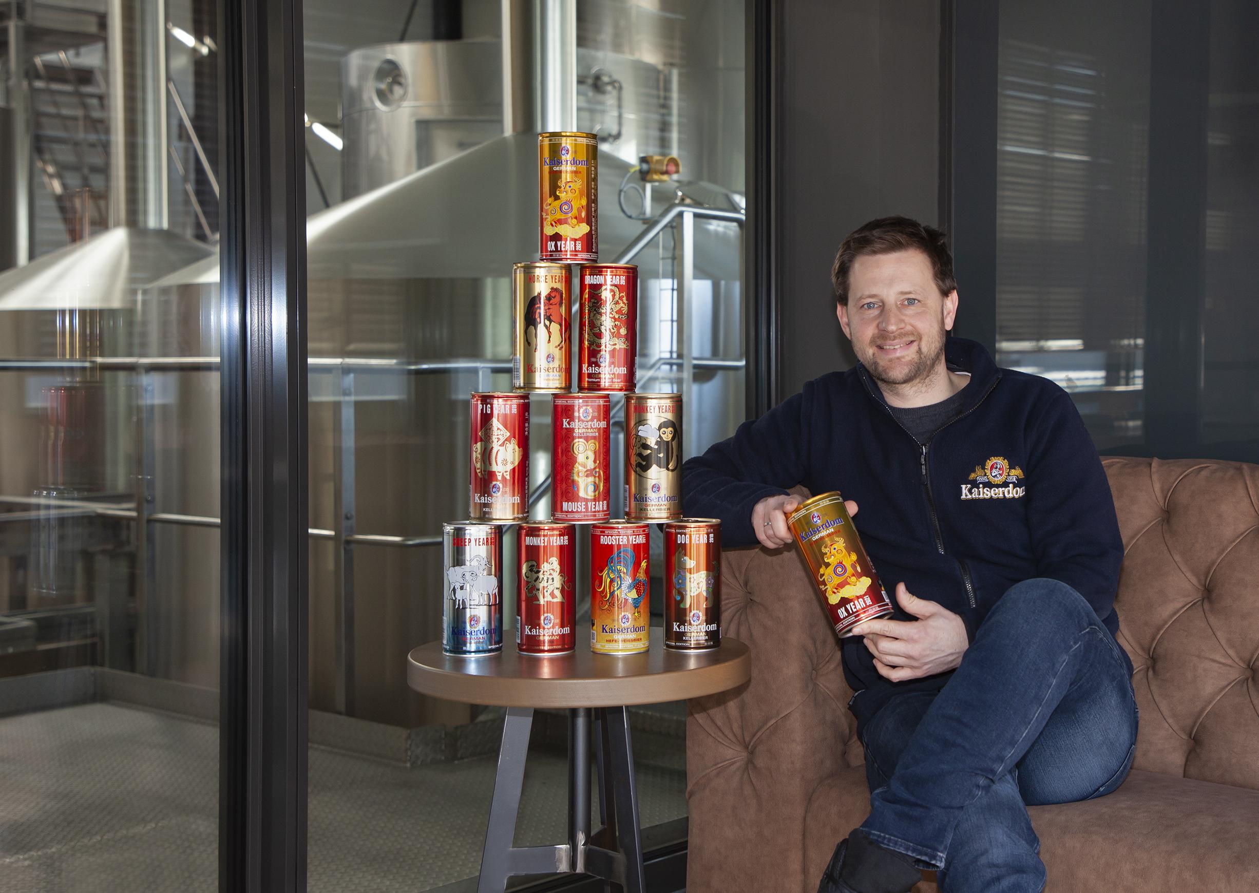 Geschäfstführer Felix Wörner mit Kaiserdom Bier Produkten