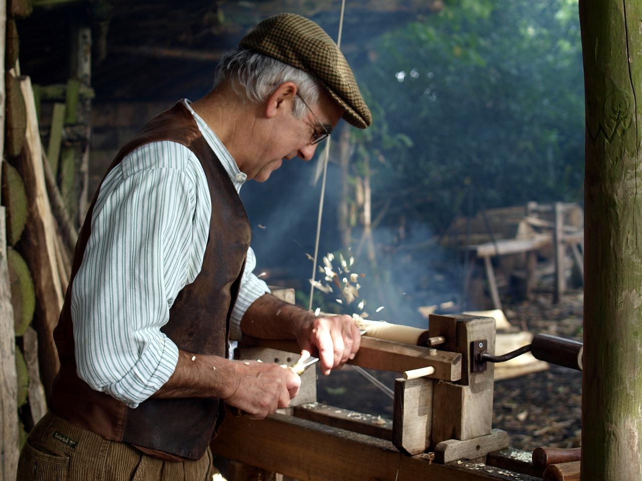 Drechsler Handwerker an Drechselbank
